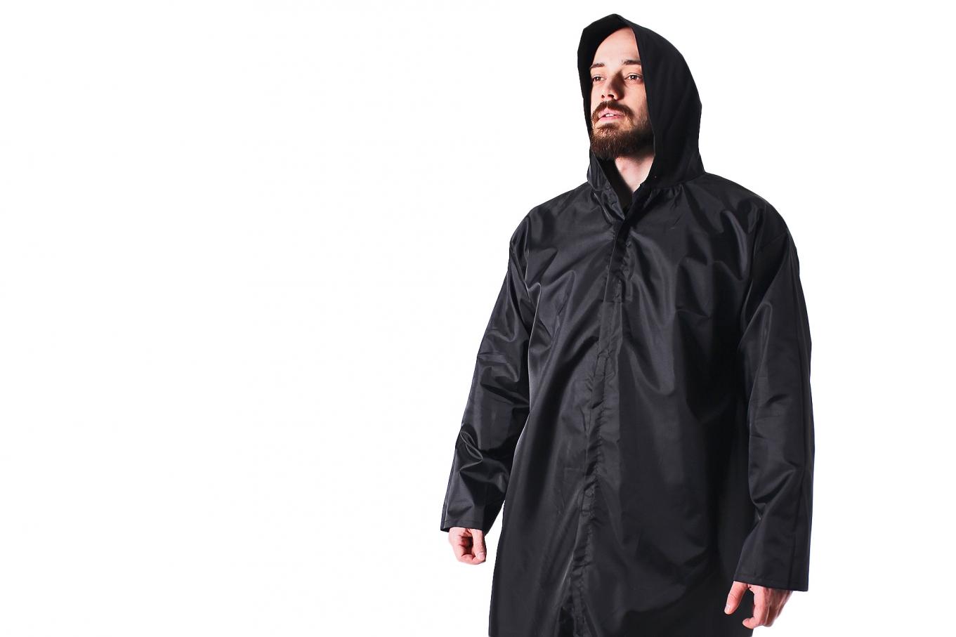 Загадочный и притягательный чёрный дождевик